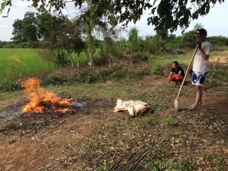 火遊びをする大人たち