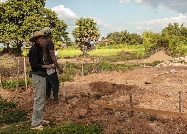 測量しているカンボジア人