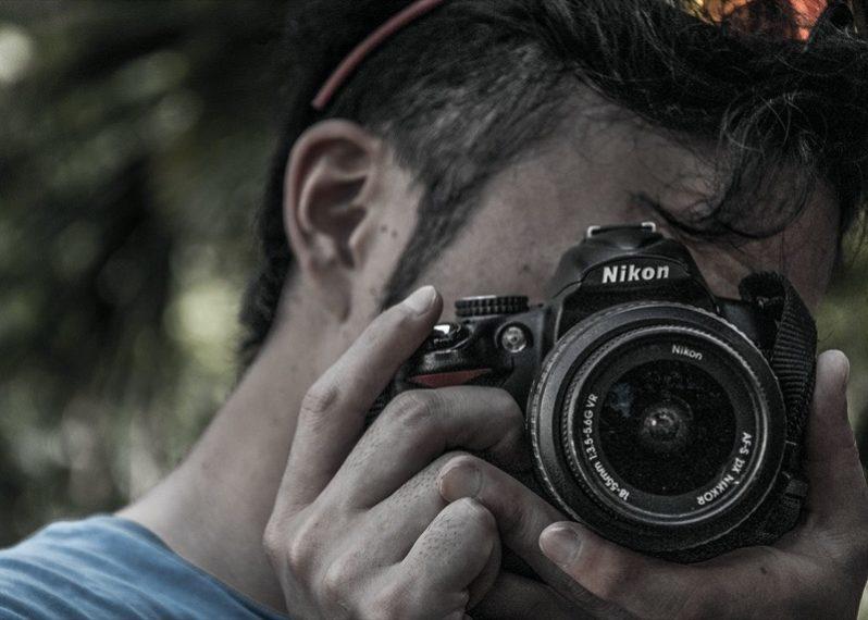 カメラのファインダーを覗く人