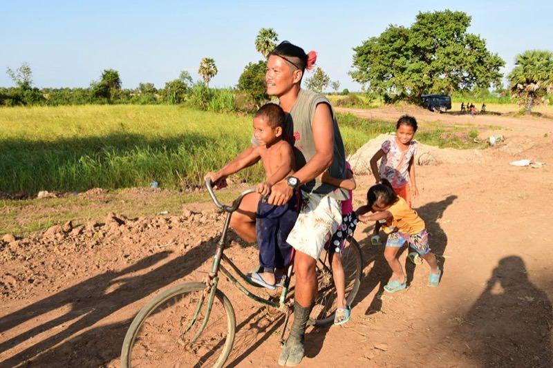 子どもと自転車に乗る様子