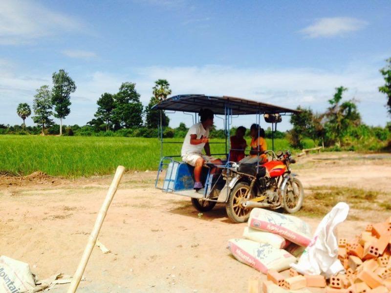 カンボジア人たちと話している様子