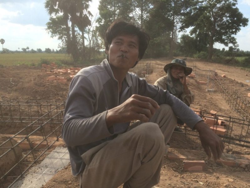 休憩中の建設作業員たち
