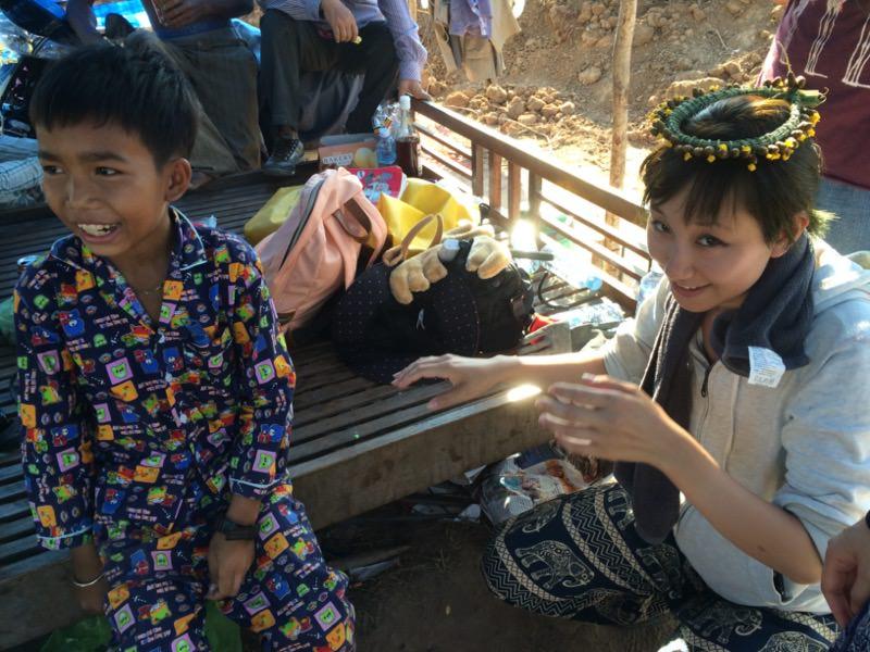 村の子どもと遊ぶ様子