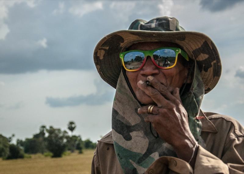 タバコを吸うカンボジア人