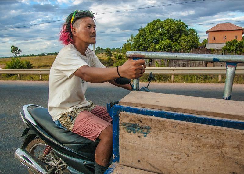 ガス欠バイクを牽引している様子