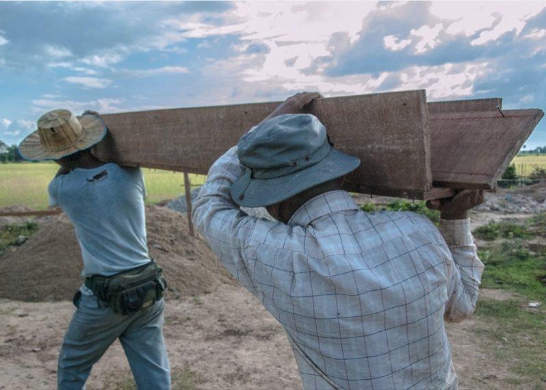 材料を運ぶカンボジア人