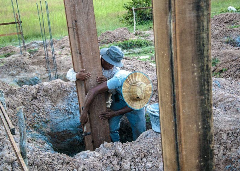 学校を建てているカンボジア人たち