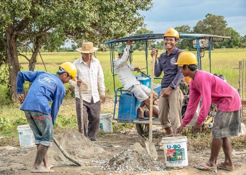 手伝いに来ている近所の村人たち