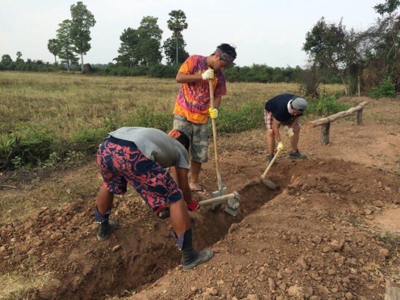 穴を掘っているところ