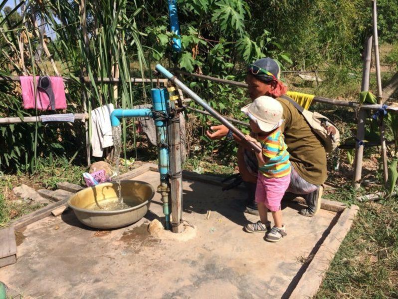 井戸から水を出す子ども