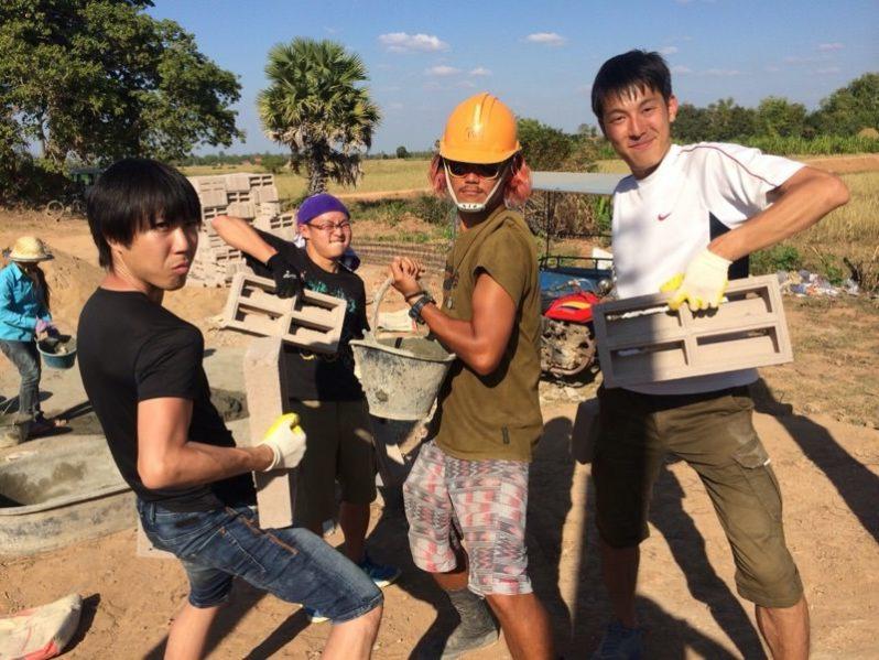 建設を手伝いに来てくれた人たち