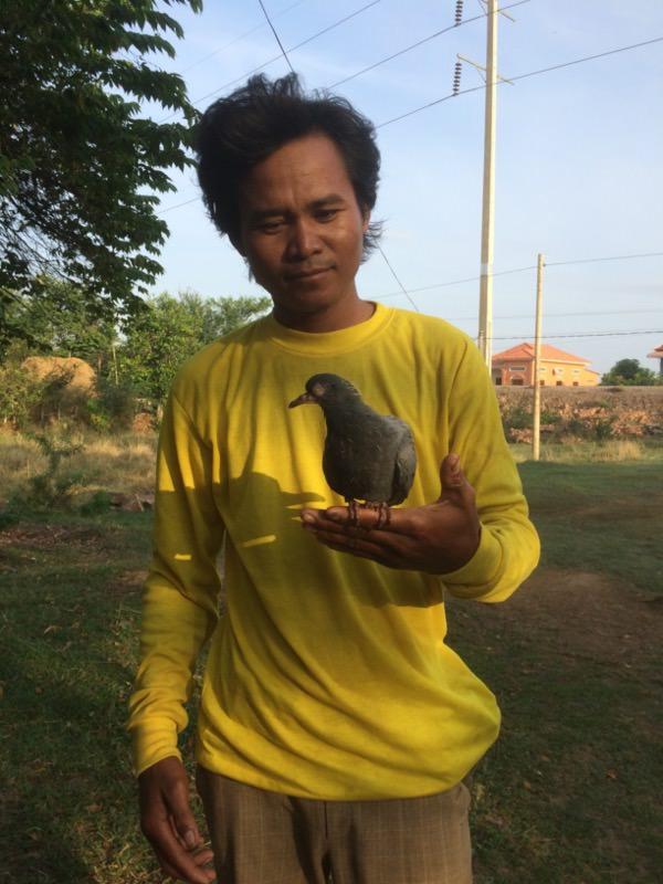 鳥を捕まえたカンボジア人