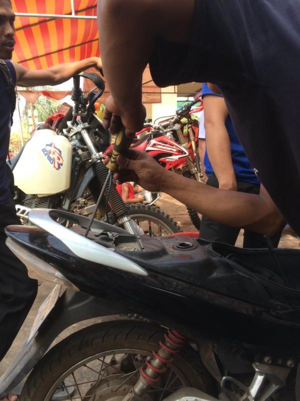 バイクの解体作業