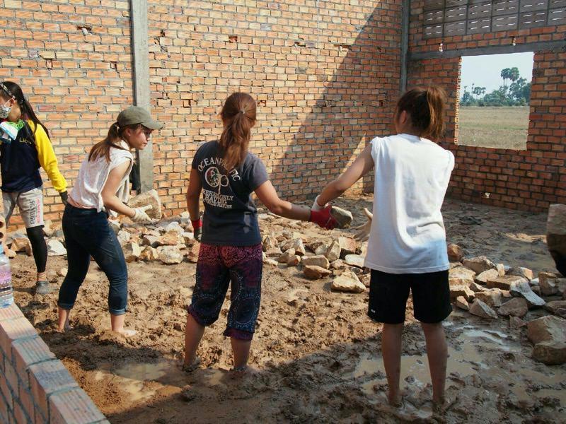 石を敷き詰める作業