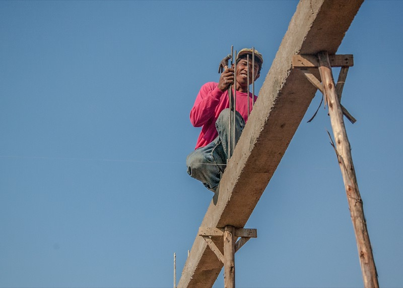 柱の上で作業する人