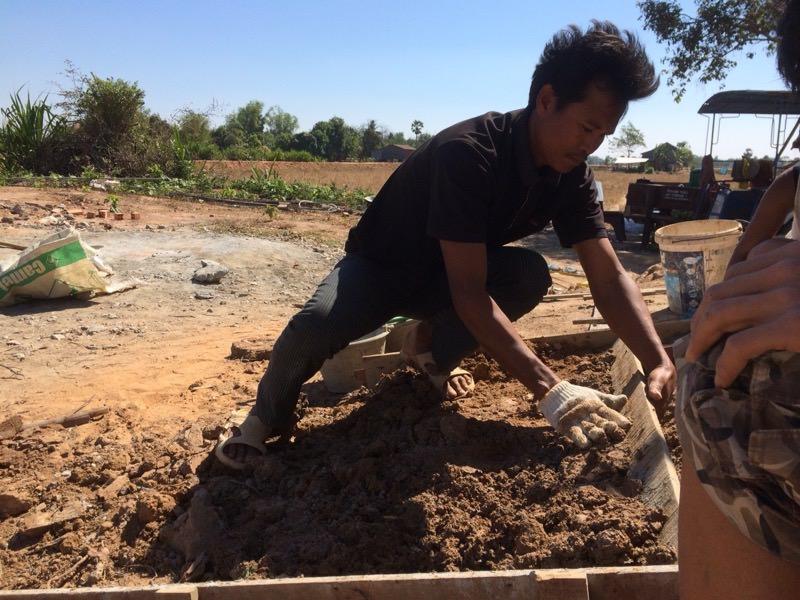 作業しているカンボジア人