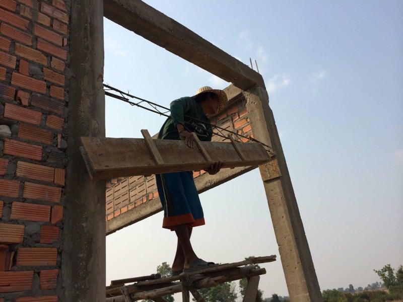 作業を始めるカンボジア人
