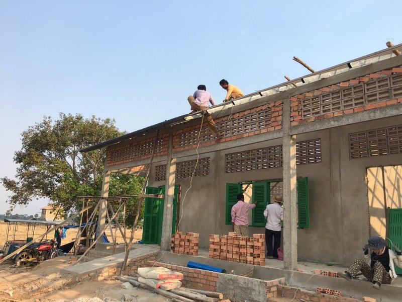 屋根の取り付けの様子
