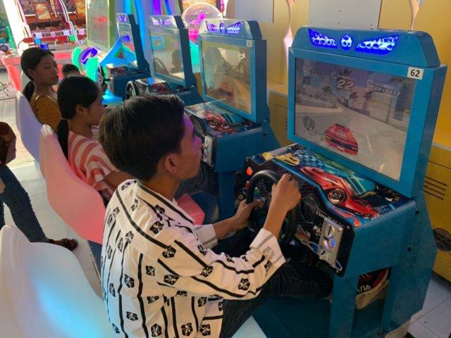 ゲームセンターで遊ぶ子ども達