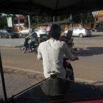カンボジアのトゥクトゥクに乗っているところ