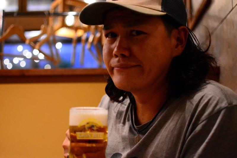 ビールを飲む様子