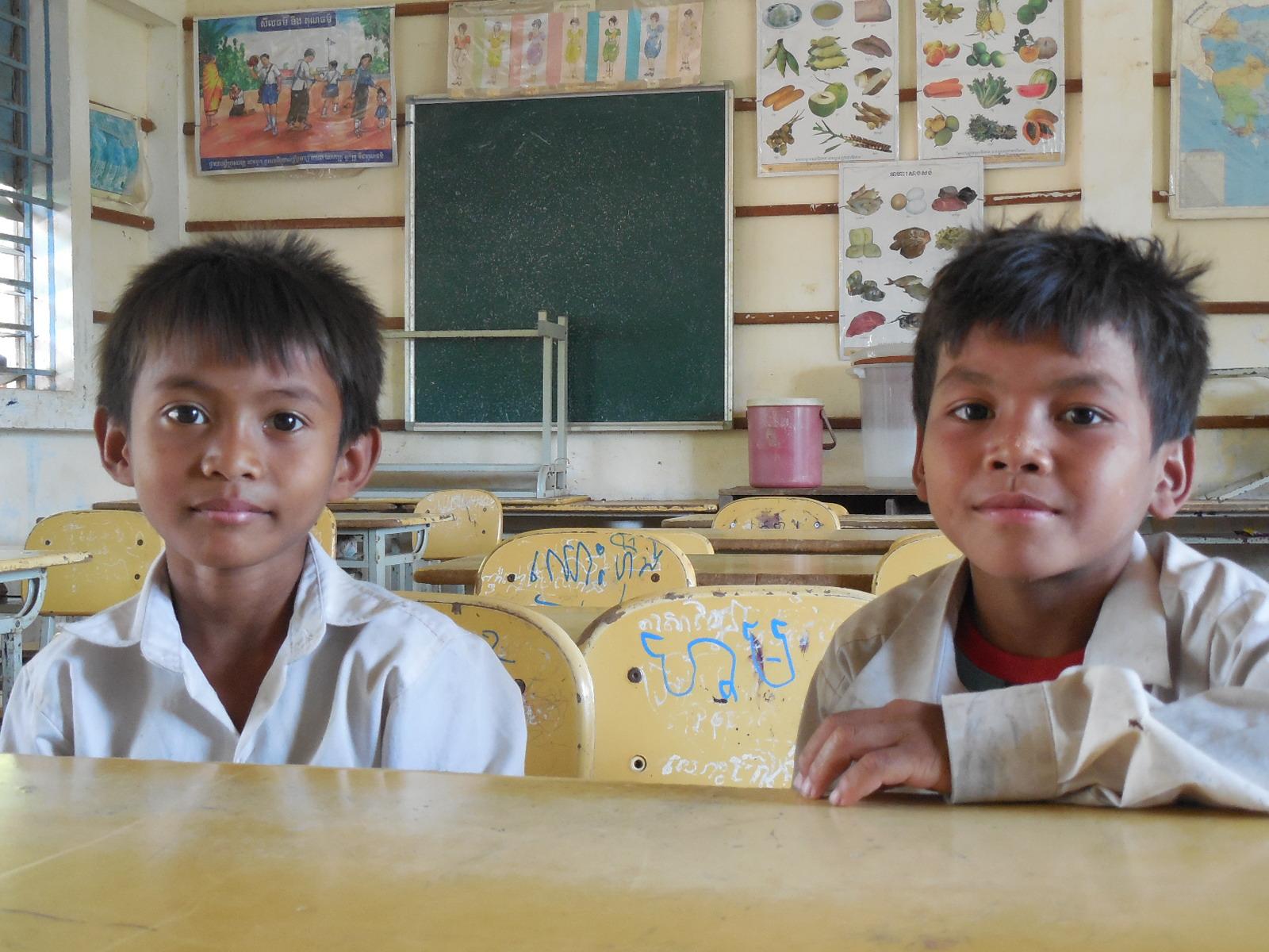 日本の統廃合した小学校で使われなくなった机・椅子・黒板をカンボジアまで運ぶつもりだったけどダメでした