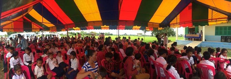 開校式に集まった村人たち