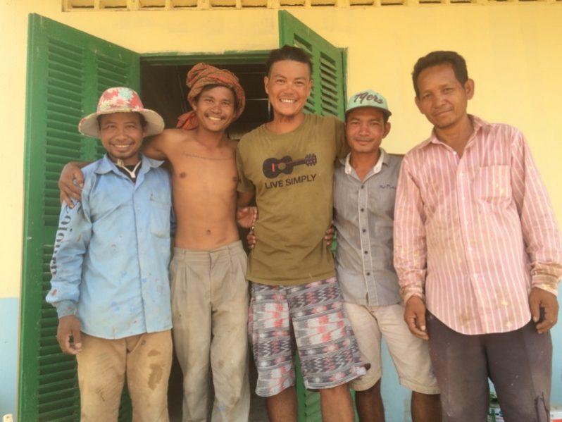 カンボジアに小学校が建った日に大工さん達と