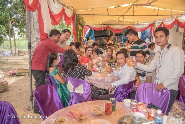 カンボジアの村の結婚式。繋がることのなかった奇跡の宴卓