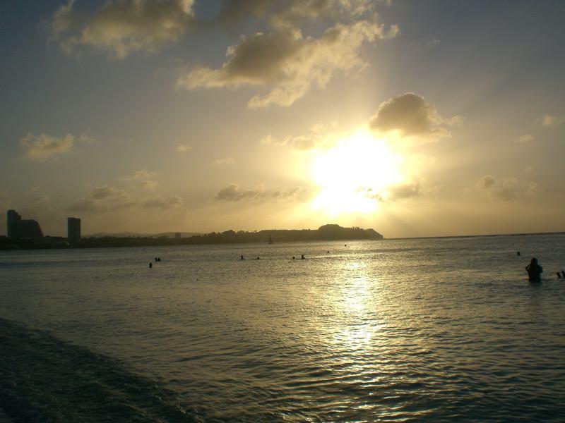 海辺でのんびりしている画像