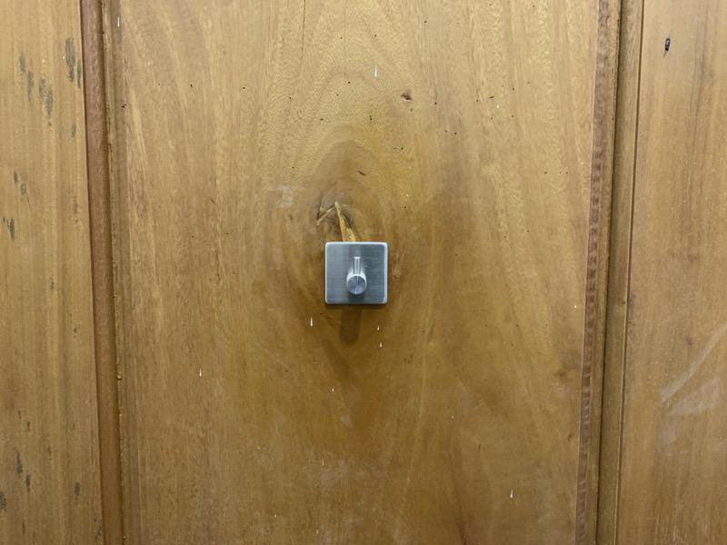 トイレのドアに貼り付けたフック