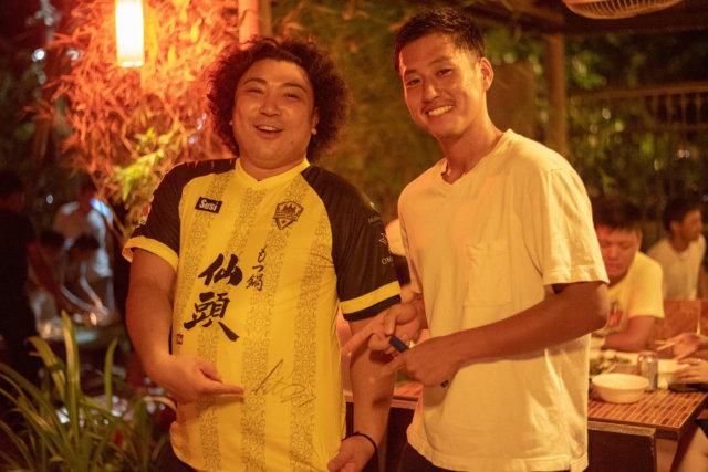 サッカー選手と記念撮影
