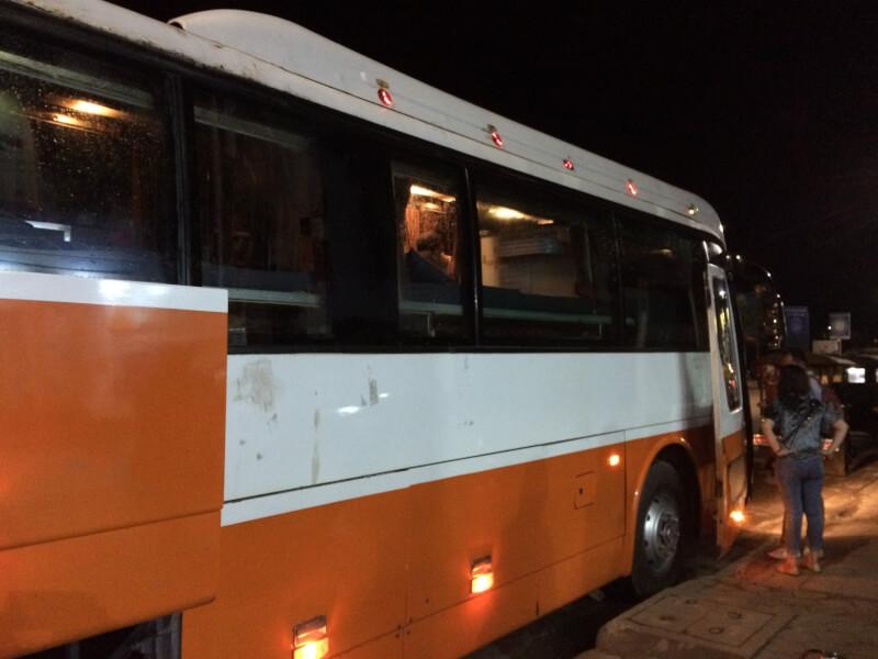 カンボジアの大型バス