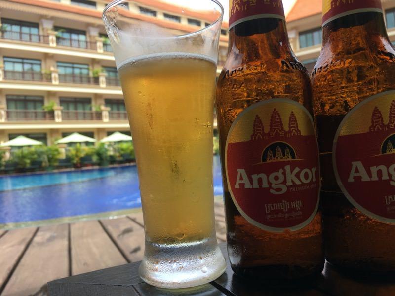 プールサイドと瓶ビール