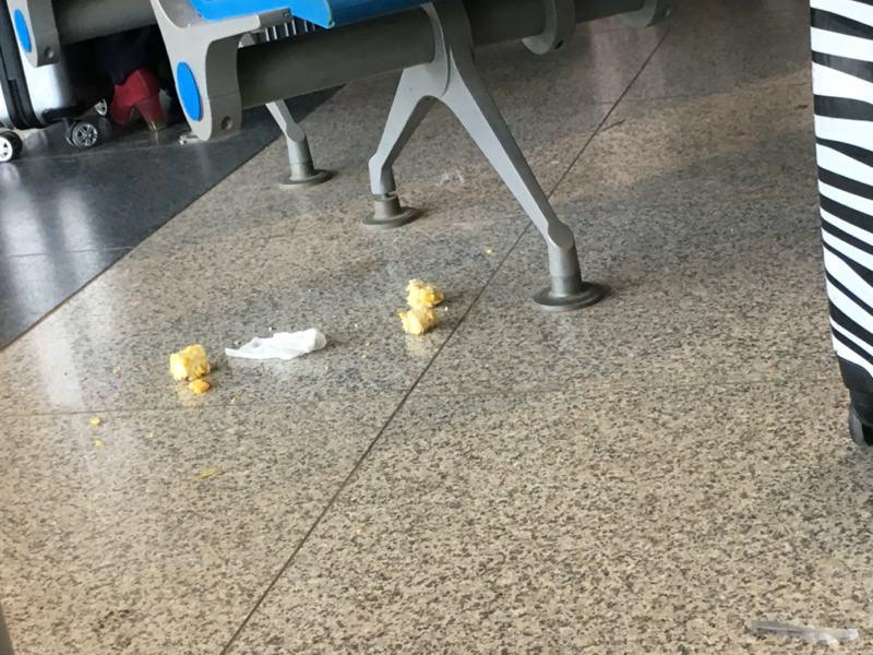 空港の食べかす