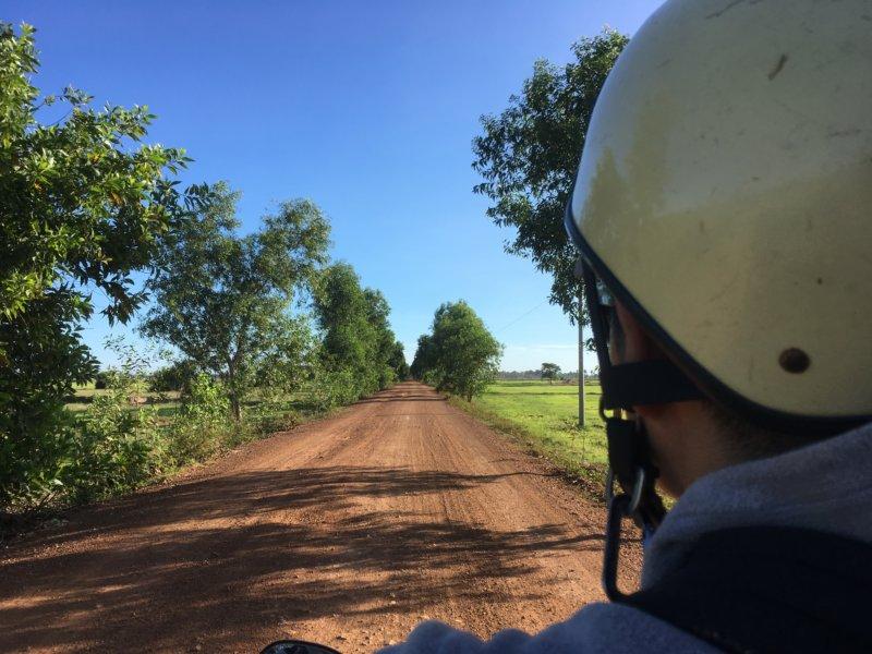 カンボジアの道路で運転中