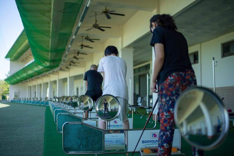 ゴルフの打ちっぱなしをする人