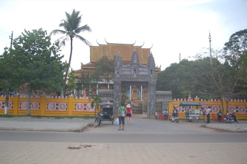 初めてのカンボジアで泊まった宿の近くの寺