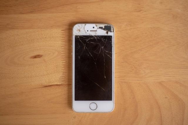 液晶画面が割れたiPhone