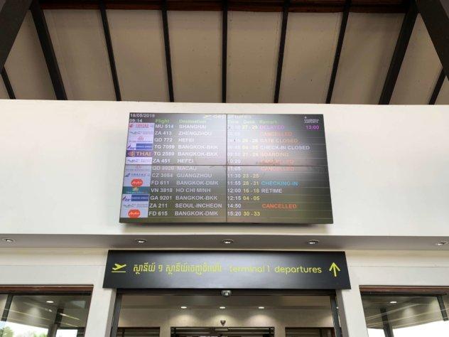 シェムリアップ空港の電光掲示板
