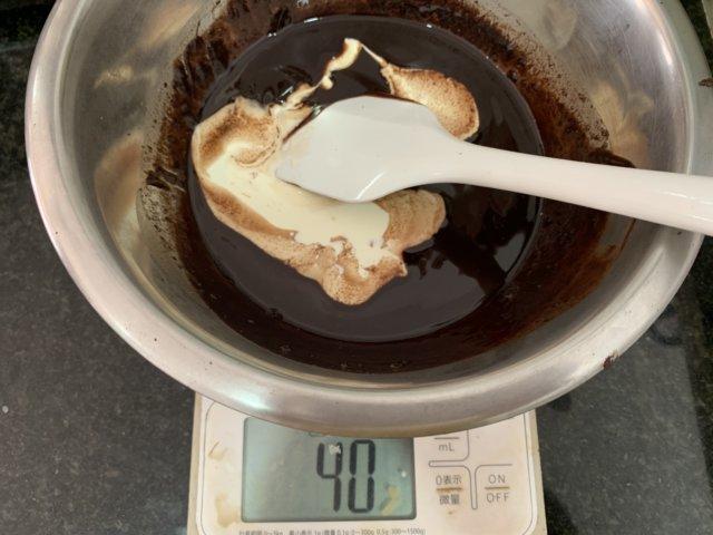 チョコレートに生クリームを混ぜる