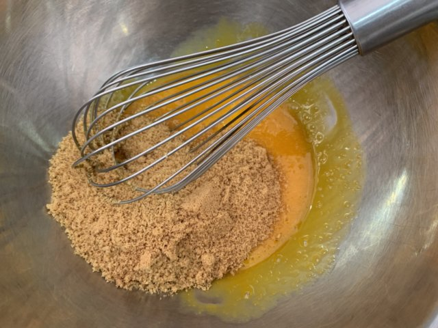 卵に砂糖を加えて混ぜる