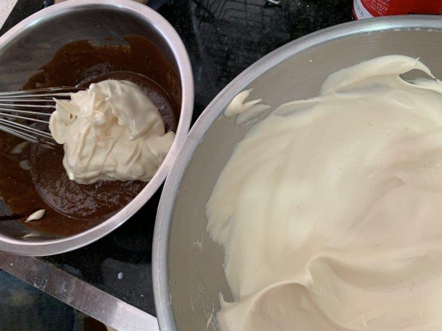チョコレートと卵白を混ぜる