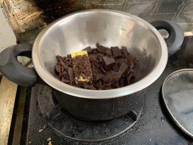 チョコレートとバターを湯煎で溶かす