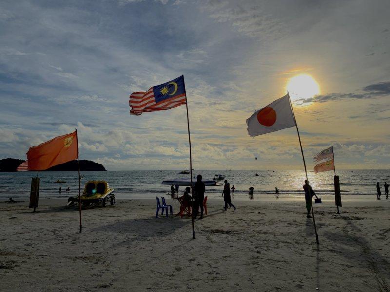 マレーシアの国旗とビーチ