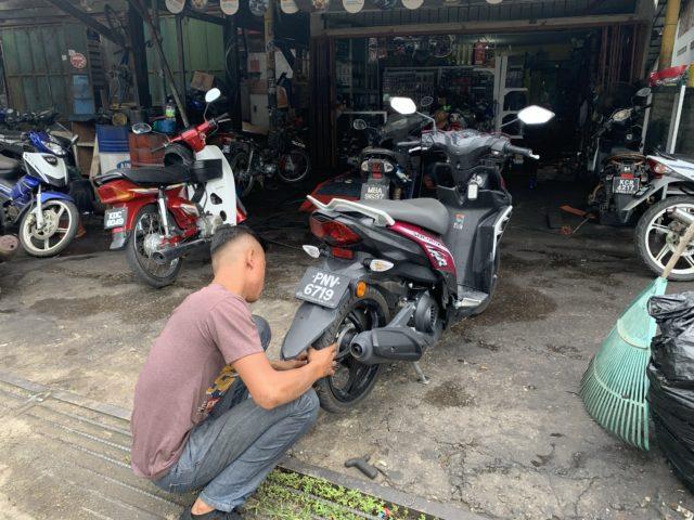 ランカウイでバイクを修理