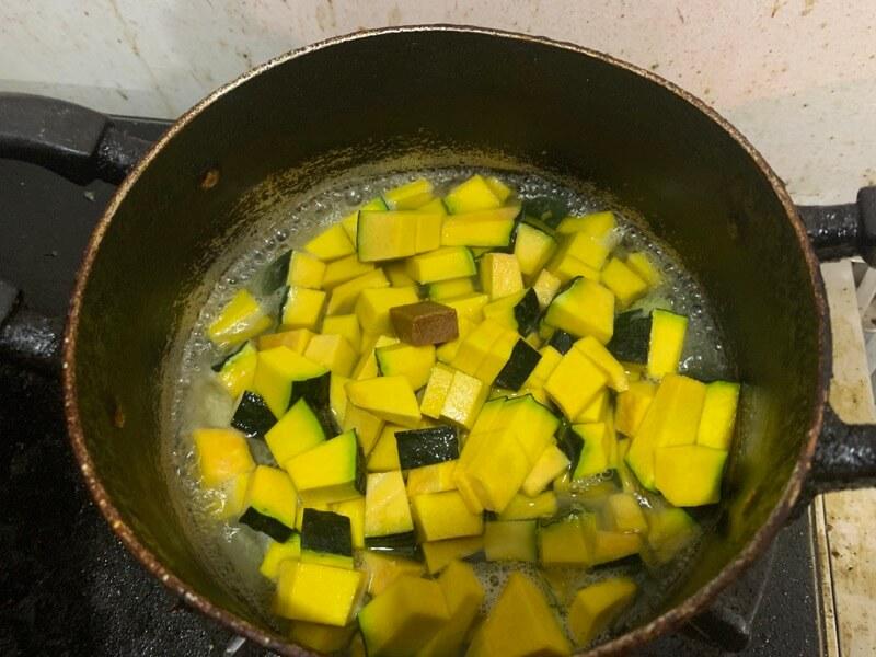 鍋で煮込んでいるカボチャ