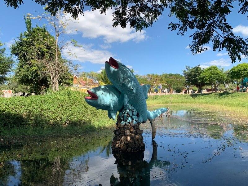 独立記念公園の魚のモニュメント