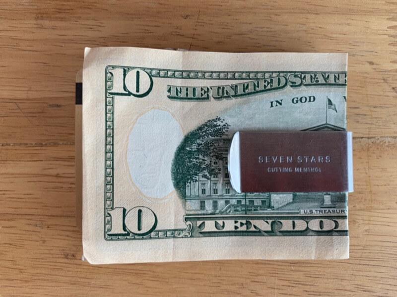紙幣を挟んだマネークリップ