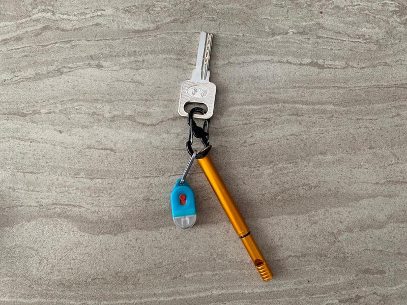 鍵とホイッスルボールペンとタグライト